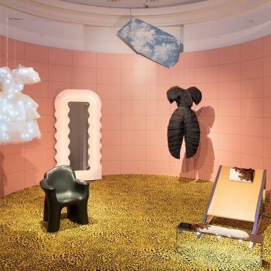 """La sala """"Diorama"""" della mostra """"Italiana. L'Italia vista dalla moda 1971 - 2001"""", Milano, 21 febbraio 2018 (F. de Luca – Camera nazionale della moda italiana)"""