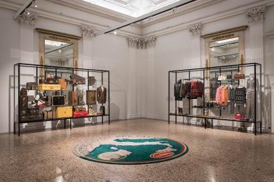 """La sala """"In forma di logo"""", con un tappeto di Cattelan alla mostra """"Italiana. L'Italia vista dalla moda 1971 - 2001"""", Milano, 21 febbraio 2018 (F. de Luca – Camera nazionale della moda italiana)"""