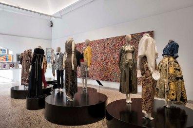 """Una sala di """"Italiana. L'Italia vista dalla moda 1971 - 2001"""", Milano, 21 febbraio 2018 (F. de Luca – Camera nazionale della moda italiana)"""